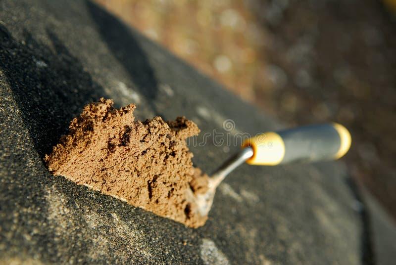 Trowel e cemento. immagine stock