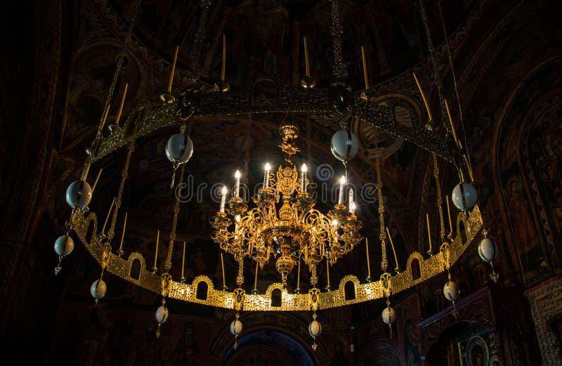 Troyan klosterljuskrona med strutsägg och guld- garneringar arkivfoto