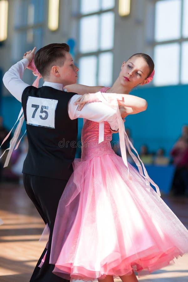 Troyanovskiy Andrey y programa europeo estándar de Ersh Anna Perform Juvenile-1 fotografía de archivo