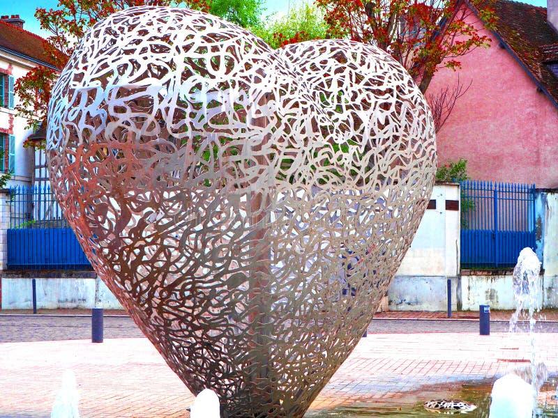 TROYES, FRANKRIJK - APRIL 2017: Monument in geest van moderne toestand - een hart van stukken van staal 'Le Coeur DE Troyes die ' stock afbeelding
