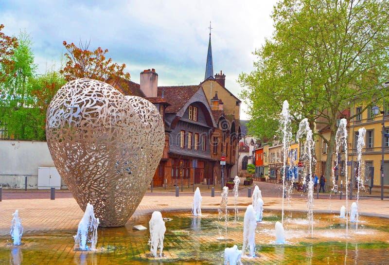 TROYES, FRANKRIJK - APRIL 2017: Monument in geest van moderne toestand - een hart van stukken van staal 'Le Coeur DE Troyes die ' royalty-vrije stock afbeeldingen