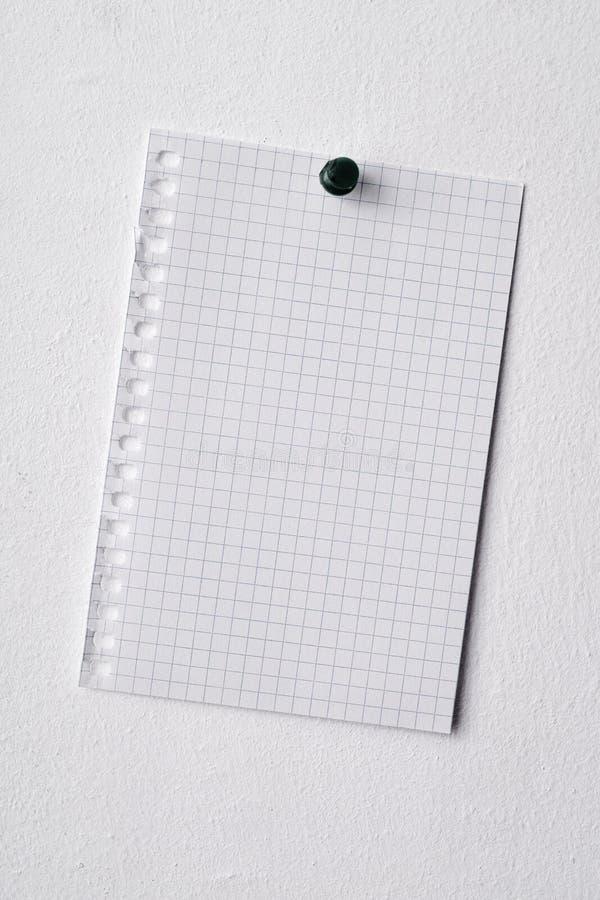 Trozo de papel en blanco fijado en una pared fotografía de archivo libre de regalías