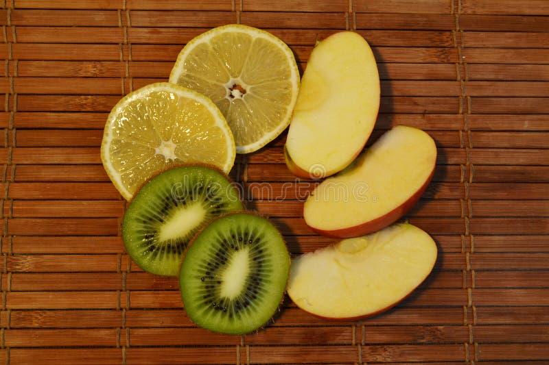 Trozos de fruta de manzana, kiwi y limón imagenes de archivo