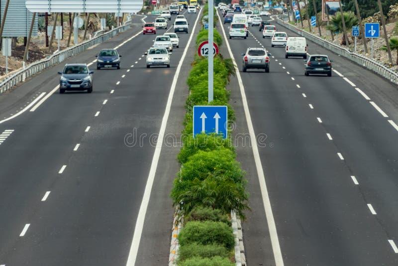 Trraffic stad Rutten för rörelsen av bilar, huvudväg, sikt från en höjd Bilar k?r p? den h?g hastigheten fotografering för bildbyråer