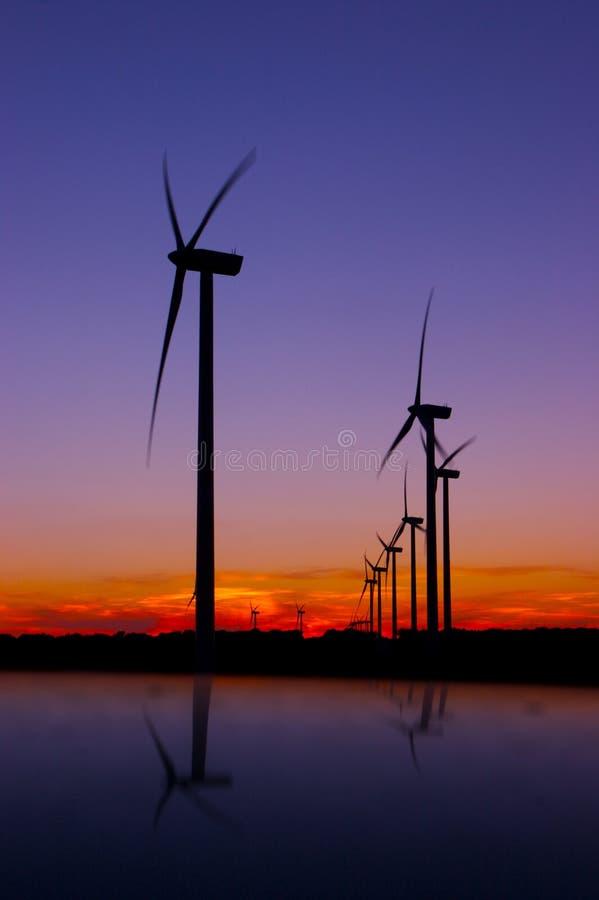 Trubines del viento después de la puesta del sol fotografía de archivo