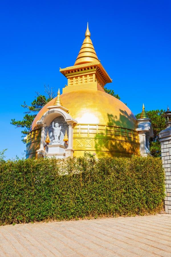 Truc Lam Temple i Dalat arkivbilder