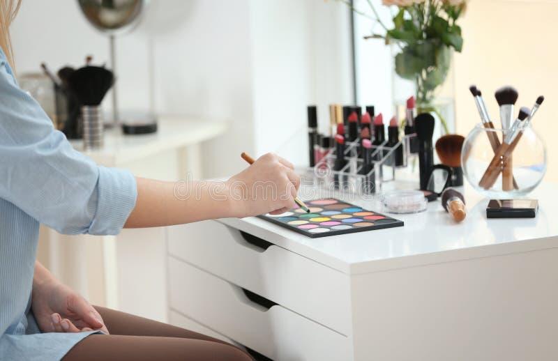 Truccatore professionista con i cosmetici fotografie stock