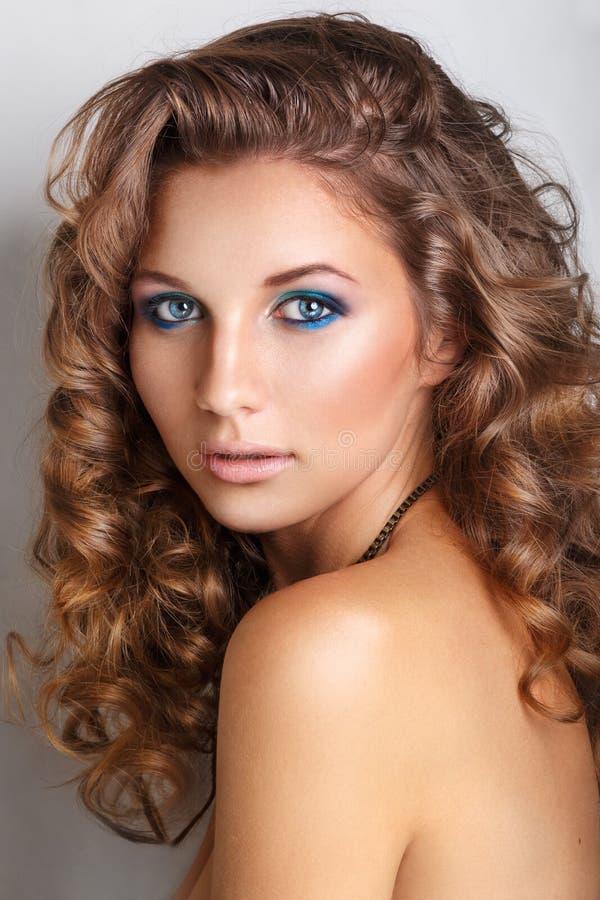 Trucco blu di modo di bellezza Bello giovane modello con trucco ed il manicure luminosi fotografie stock