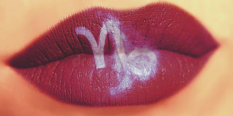Trucco creativo d'avanguardia del labbro Labbra lucide brillanti del primo piano con Capri fotografie stock
