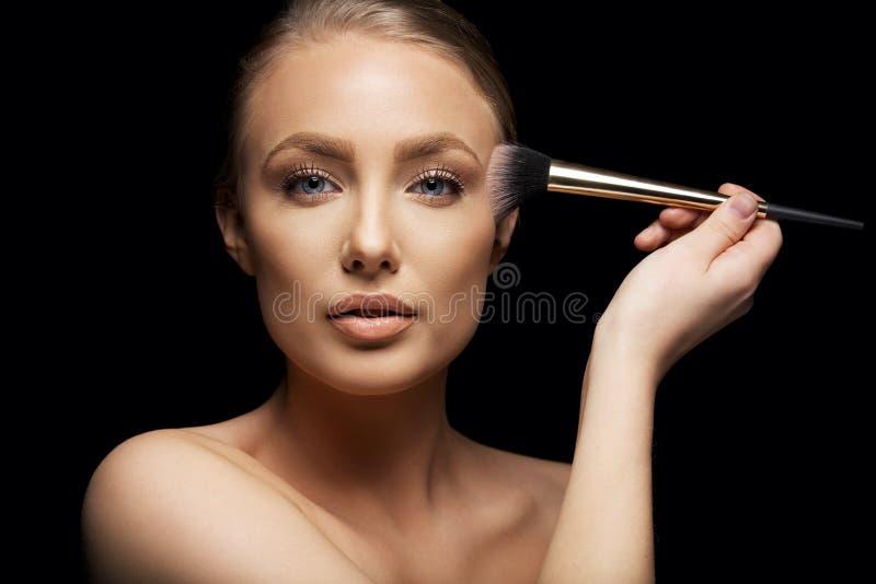 Trucco d'applicazione di modello di bellezza fotografie stock libere da diritti