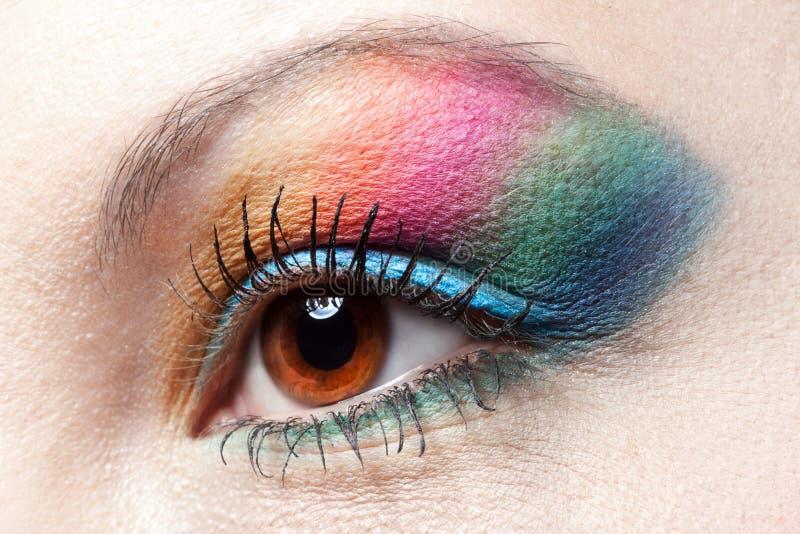 Trucco del Rainbow di Colorfull sull'occhio della donna immagine stock