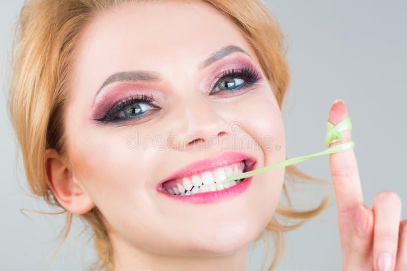 Trucco della donna, bubblegum, gomma La bellezza e l'occhio di trucco compongono Ragazza di sorriso del ritratto Bella donna, fem fotografia stock