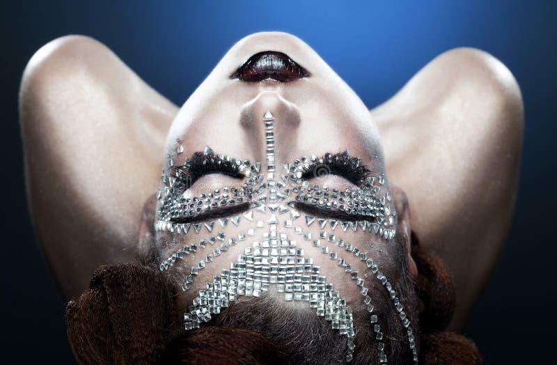 Trucco della donna di bellezza con i cristalli sul fronte immagini stock libere da diritti