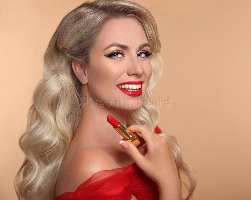 Trucco di bellezza Labbra rosse e sorriso Ritratto di fascino di modo della p fotografia stock