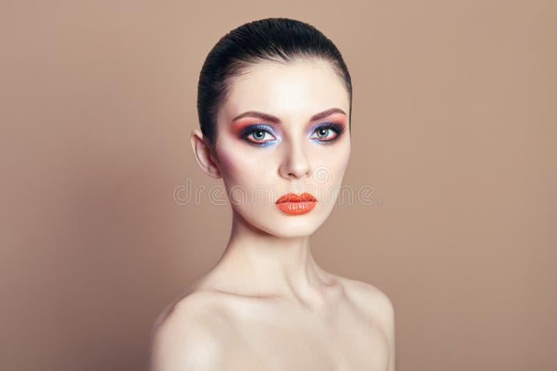 Trucco di contrapposizione luminoso della bella donna nuda sugli occhi e sulla l fotografia stock libera da diritti