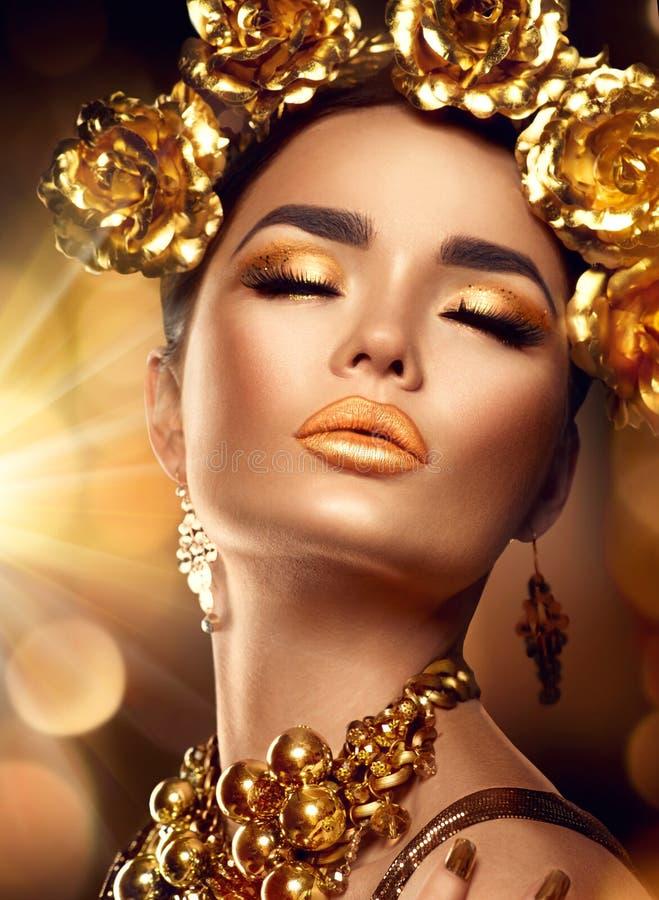 Trucco dorato di festa Acconciatura, manicure e trucco di arte di modo fotografia stock libera da diritti