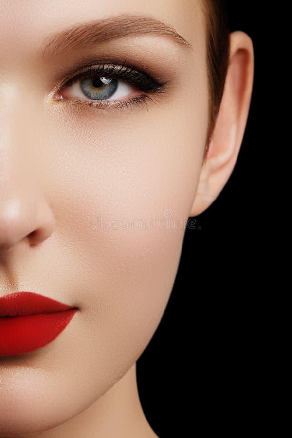 Trucco e cosmetici Fronte della donna di bellezza isolato su backg nero immagine stock