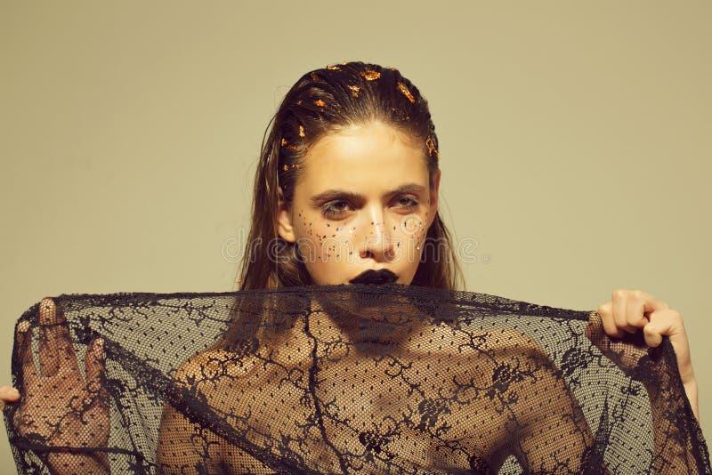 Trucco femminile Posizione della donna alla moda bello ritratto della giovane donna in retro velo nero immagine stock libera da diritti