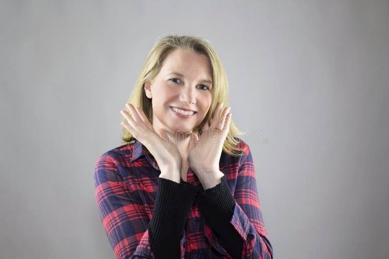 Trucco leggero d'uso sorridente della femmina bionda immagini stock