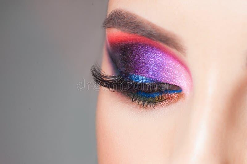 Trucco luminoso di stupore dell'occhio in tonalità blu lussuose Rosa e colore blu, ombretto colorato fotografia stock libera da diritti