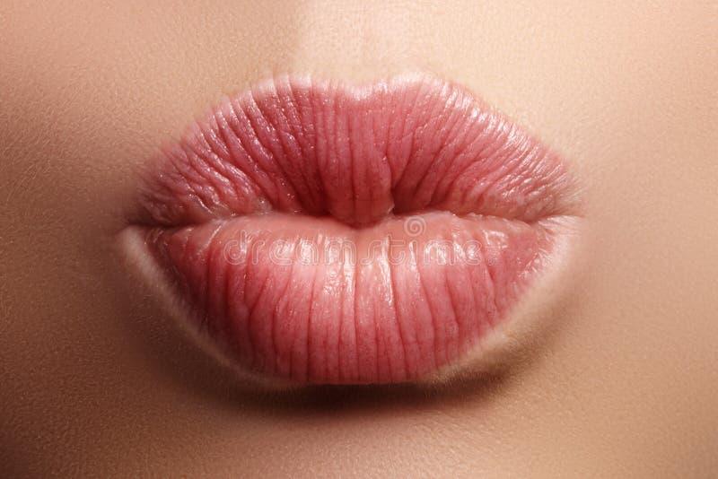 Trucco naturale del labbro di bacio del primo piano Belle labbra piene grassottelle sul fronte femminile Pulisca la pelle, trucco fotografie stock