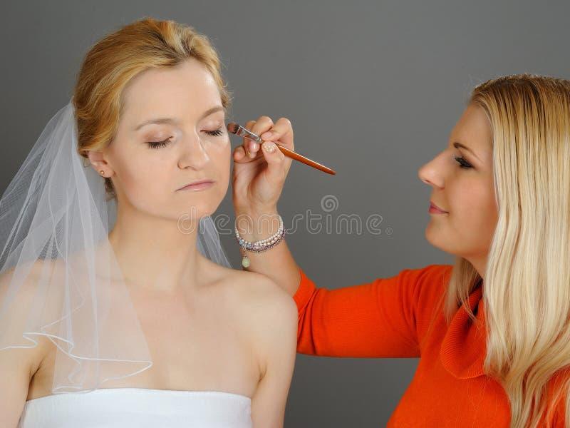 Trucco naturale di cerimonia nuziale applicato alla sposa graziosa immagini stock