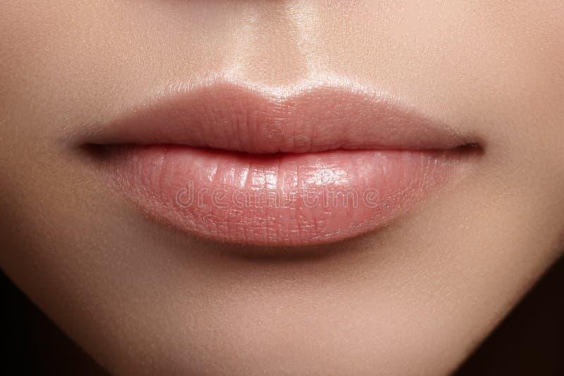 Trucco naturale perfetto del labbro del primo piano Belle labbra piene grassottelle sul fronte femminile Pulisca la pelle, trucco immagini stock