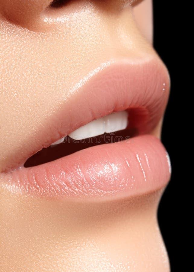 Trucco naturale perfetto del labbro del primo piano Belle labbra piene grassottelle sul fronte femminile Pulisca la pelle, trucco fotografia stock libera da diritti