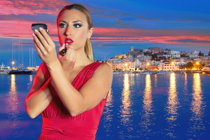 Trucco turistico biondo del rossetto della ragazza a vita notturna di Ibiza fotografia stock libera da diritti