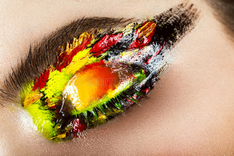 Trucco variopinto sull'occhio del primo piano Immagine di bellezza di arte immagine stock