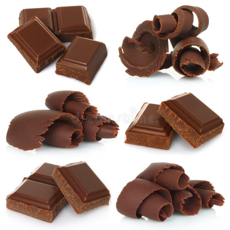 Trucioli del cioccolato con i pezzi di insieme della barra di cioccolato fotografia stock