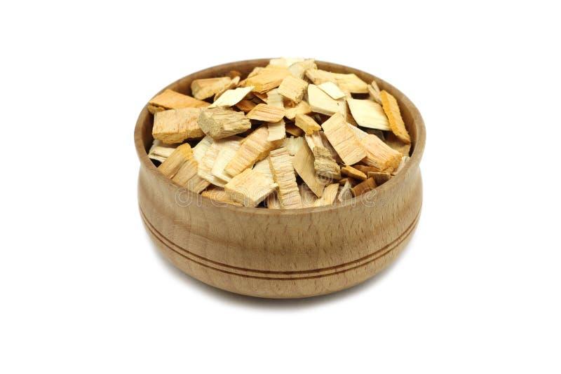 Trucioli dell'ontano per il fumo in un piatto di legno fotografia stock libera da diritti