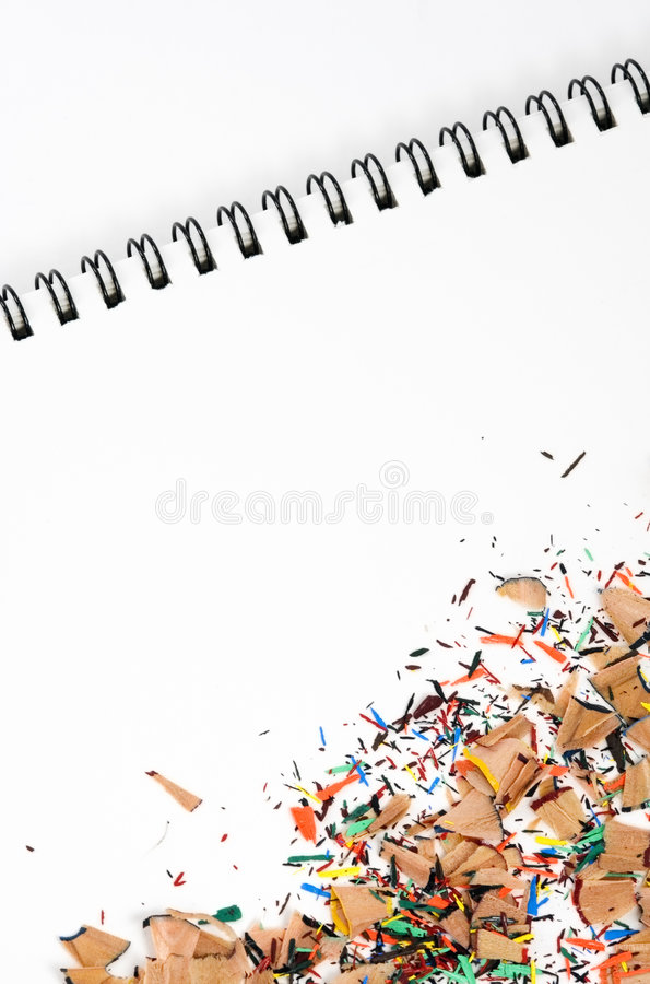 Trucioli della matita di colore sul rilievo immagini stock libere da diritti