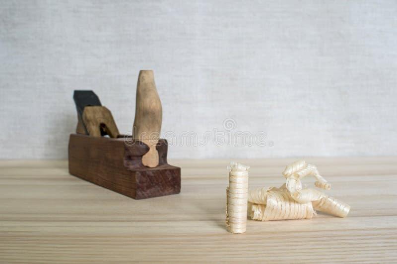 Trucioli dopo il piano della cenere di legno sui precedenti della fine piana su Concetto di DIY Strumenti dei mestieri e di faleg fotografia stock