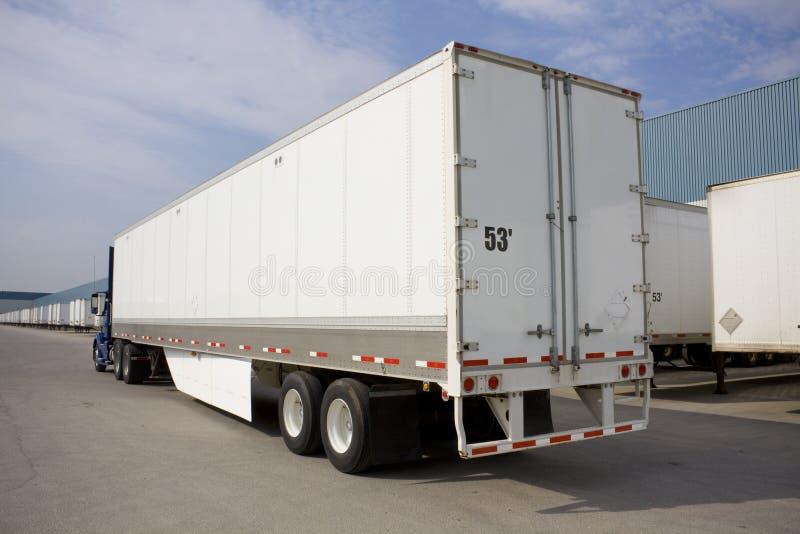 Truck μεταφορών με το περιβαλλοντικό χτύπημα στοκ φωτογραφία με δικαίωμα ελεύθερης χρήσης