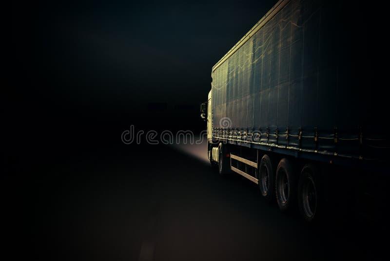 Truck σε μια εθνική οδό στοκ φωτογραφίες με δικαίωμα ελεύθερης χρήσης