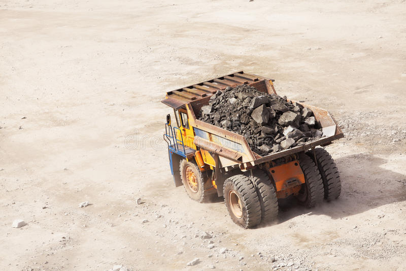 Truck της μεταλλείας σε ανοικτό - χυτός στοκ φωτογραφία