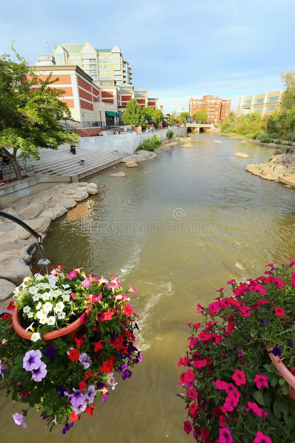 Truckee Fluss in im Stadtzentrum gelegenem Reno, Nevada stockbilder