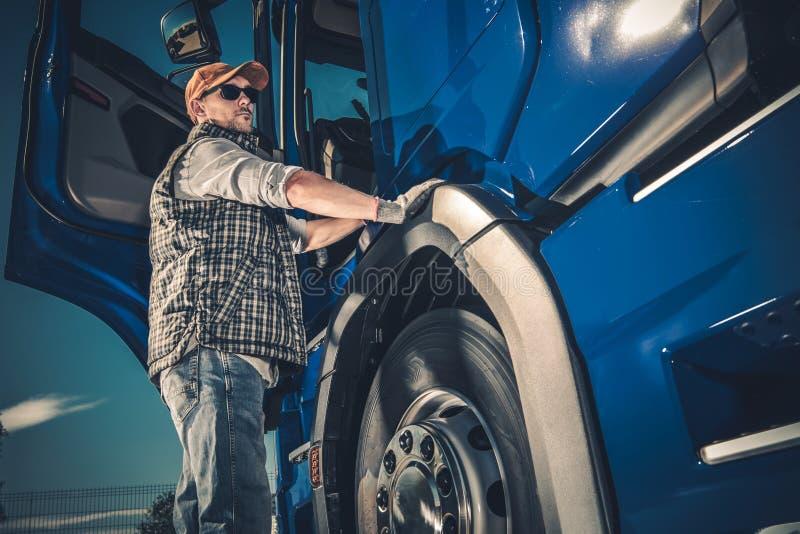 Trucker και το σύγχρονο φορτηγό στοκ εικόνα με δικαίωμα ελεύθερης χρήσης
