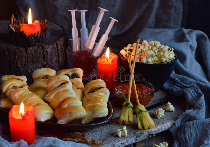 Truco de Halloween o partido de la invitación Comida y calabaza deliciosas divertidas en el fondo de madera - mini pizza, barras  imágenes de archivo libres de regalías