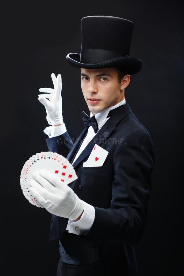 Truco de la demostración del mago con los naipes foto de archivo libre de regalías