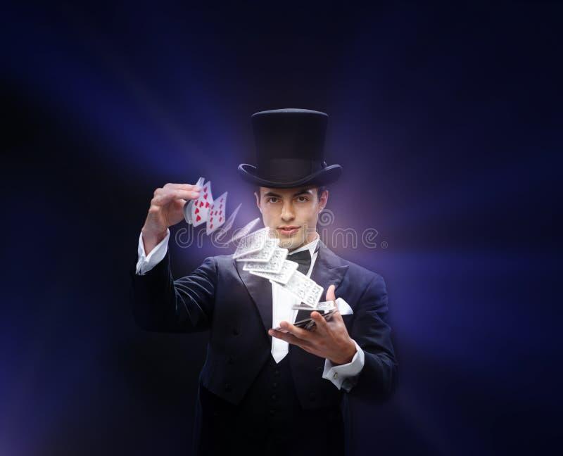 Truco de la demostración del mago con los naipes fotos de archivo