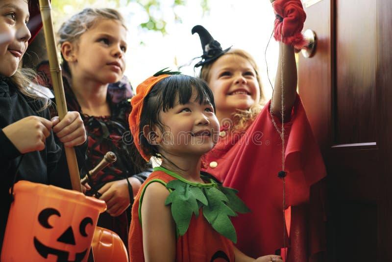 Truco de pequeños niños o el tratar en Halloween imagen de archivo