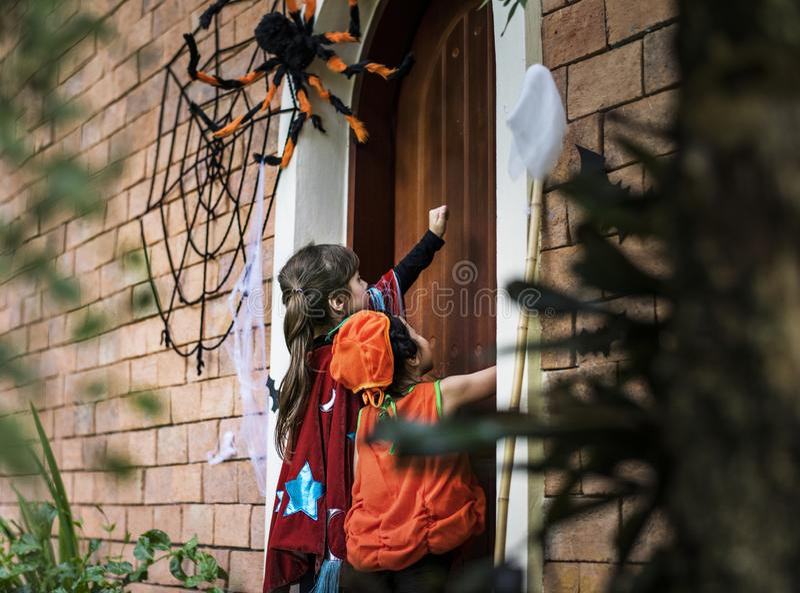 Truco de pequeños niños o el tratar en Halloween fotografía de archivo