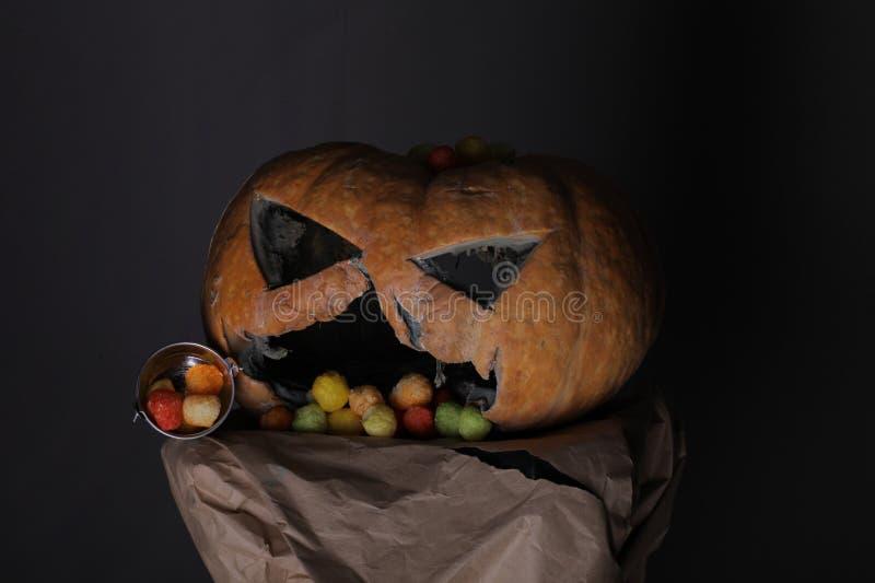 Truco o convite Víspera de Todos los Santos feliz Halloween tradicional que pide los dulces - truco o invitación tradición del Dí fotos de archivo
