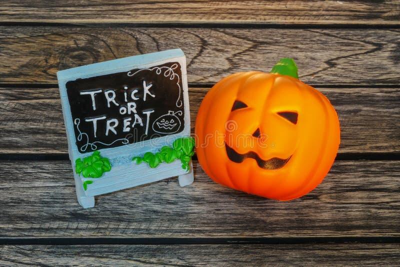 Truco o invitación, calabaza de la decoración de Halloween en fondo de madera foto de archivo