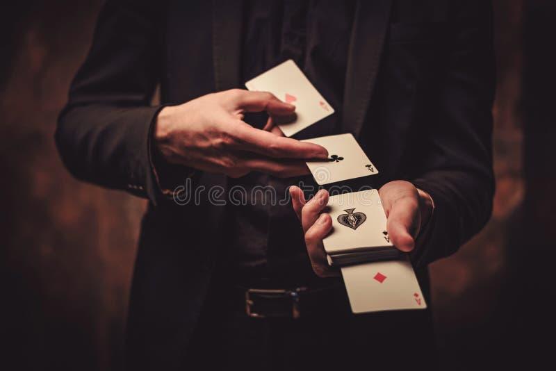 Trucos de la demostración del hombre con las tarjetas fotografía de archivo libre de regalías