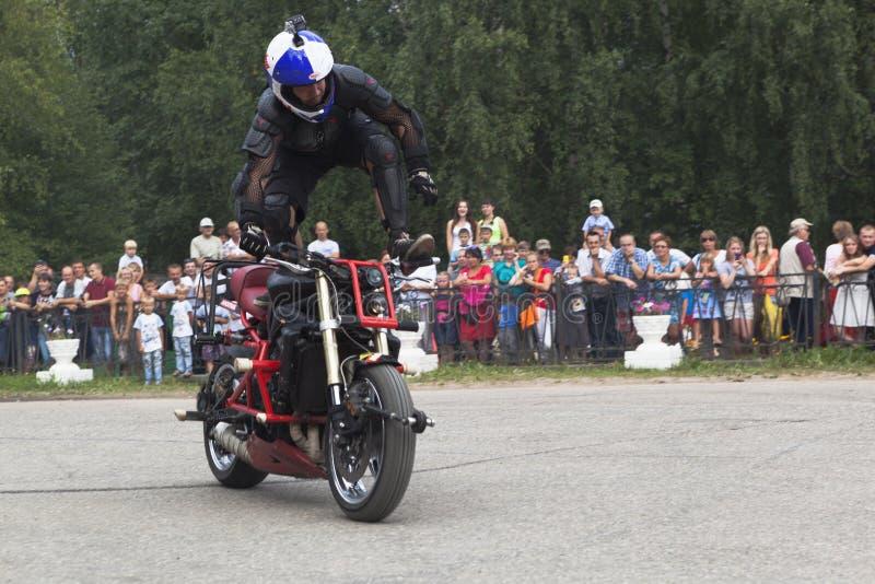 Trucos en una motocicleta de Aleksey Kalinin imagenes de archivo