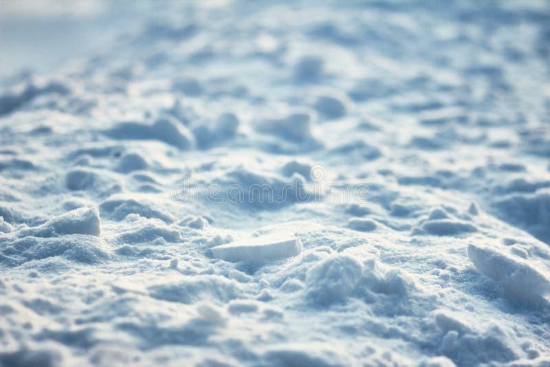 Trudna powierzchnia krakingowy lodowy skorupa wzrosta kontrasta tekstury światło i cienie na śnieżnym polu fotografia stock