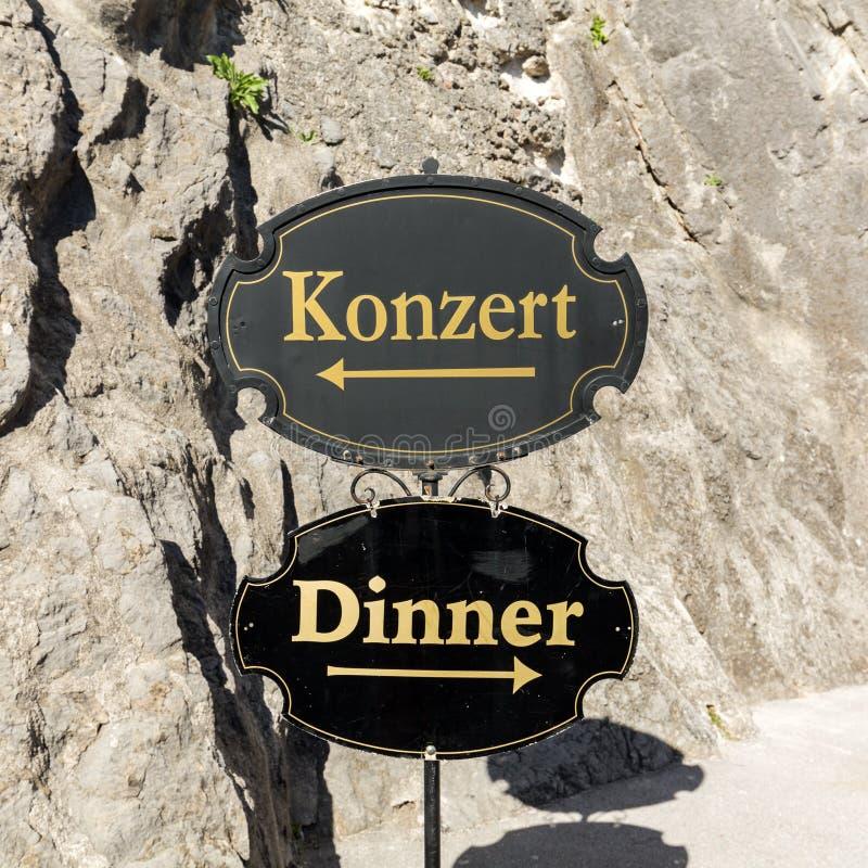 Trudny wybór w Salzburg mieście Mozart, - karmić sensy lub ciało Salzburg, obraz stock